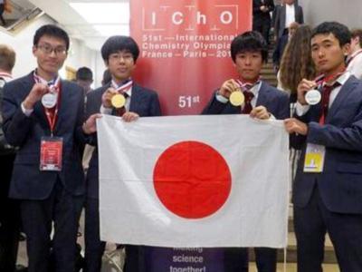 第51回国際化学オリンピックでメダルを獲得した日本代表の4人(日本化学会提供)