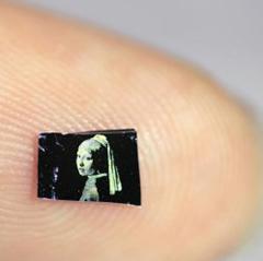 新技術で印刷された小さいサイズのフェルメールの名画「真珠の耳飾りの少女」(提供・iCeMS)