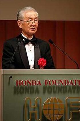 本田賞受賞の喜びを語る舛岡富士雄博士
