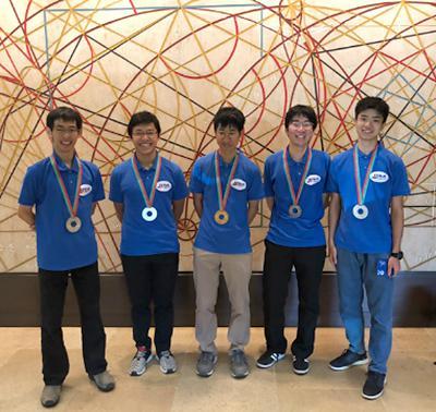 写真1 国際物理オリンピックで金と銀のメダルを獲得した日本代表の5人(物理オリンピック日本委員会のホームページ「JPhO速報ページ」から/提供・物理オリンピック日本委員会)