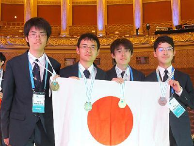 写真2 国際化学オリンピックで金、銀、銅のメダルを獲得した日本代表の4人(「夢・化学-21」委員会と日本化学会プレスリリースから/提供・日本化学会)