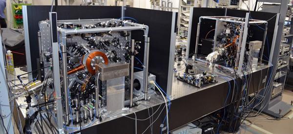 写真 理化学研究所(埼玉県和光市)に設置された2台の光格子時計(提供 理化学研究所、東京大学の香取教授らの研究グループ)