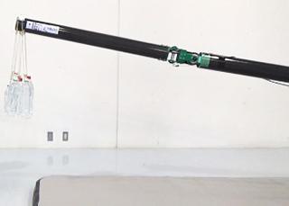 アームに重さ10キログラムの物をさげて水平方向に保持した様子(提供・NEDO/東京工業大学)