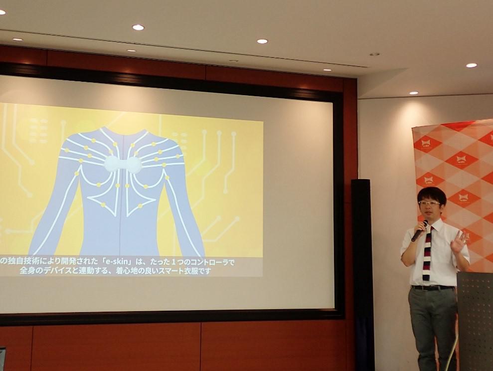 写真1 e-skin製品化の発表を行なうXenomaの網盛一郎代表取締役CEO