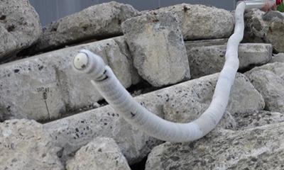 写真1 東北大学など研究グループが開発したヘビ型ロボット(東北大学など研究グループ提供)