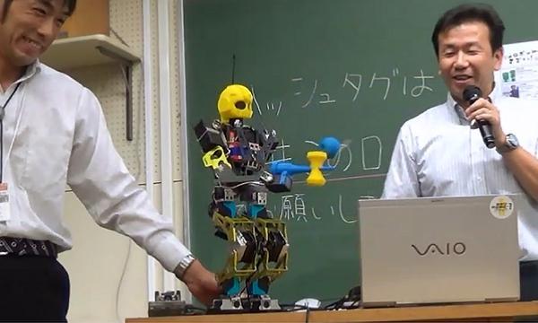 写真3.小型二足歩行ロボットによるけん玉の実演。長井市はけん玉の生産量日本一を誇る