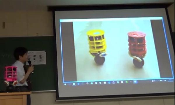 写真7.玉乗りロボット・小型版。3Dプリンタで出力されたロボットのボディは全8色のカラーバリエーションがある