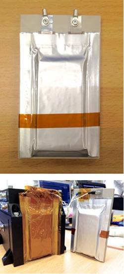 石川正司関西大学教授らが開発し、ほどよし3号機に搭載されたたイオン液体リチウム?次電池(写真上)。簡素なラミネート外装のみにもかかわらず、超?真空下で作動が可能(写真下)。