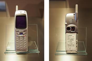 初のカメラ付き携帯電話