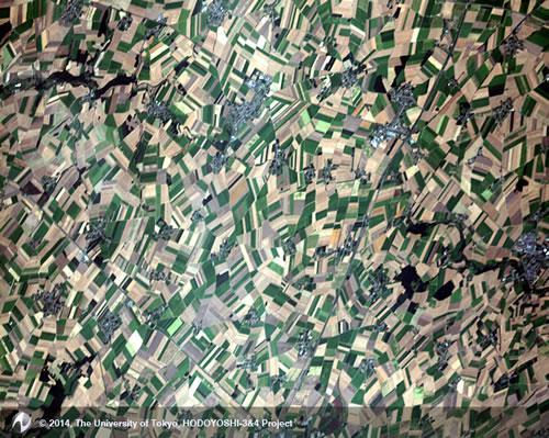 ほどよし4号の高解像度カメラが8月1日に撮影したフランスのアルベールの田園地域。細かく区切られた畑が寄せ木細工のようだ。