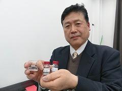 この手法で製造した金属材料と原料の金属粉末を持つ飴山惠立命館大学教授