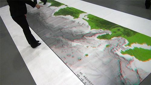 床に敷かれた南海トラフの海底地形図