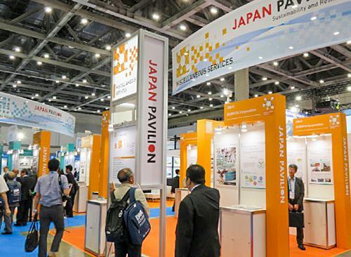 写真4 基調講演やフォーラムなどの企画と同時開催されている展示会の日本パビリオン前