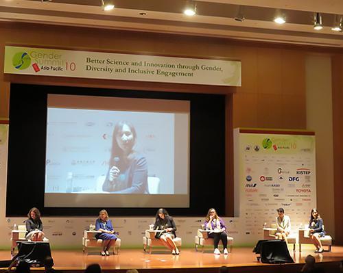 写真 5月25、26の2日間、科学技術振興機構(JST)などが主催して東京都内で開かれた国際会議「ジェンダーサミット10」の閉会セッション(5月26日)。「社会・文化的性差であるジェンダーの平等は『国連の持続可能な開発目標(SDGs)』すべての実践に組み込まれることが必要」などとする3項目の提言(「Tokyo Recommendations:BRIDGE」)を発表した。「ジェンダーの平等」はSDGsの目標5で定められているほか多くの目標と関連すると指摘されている。
