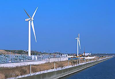 写真 東京都の中央防波堤内側埋立地内に設置された東京臨海風力発電所。「東京風ぐるま」の愛称が付いている。電源開発と豊田通商が東京都との「協働事業」として設立した「ジェイウインド」(旧名・ジェイウインド東京)が建設・運転管理主体。2003年に事業開始し、発電電力は全量東京電力に売電している(提供・電源開発)