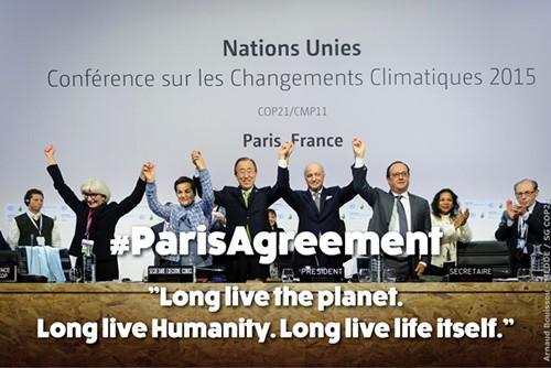写真. パリ協定採択時、フランス政府提供