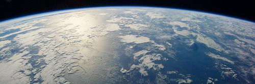 写真 米航空宇宙局(NASA)の宇宙飛行士が撮影した地球。温暖化により海水温上昇の影響が心配される(NASA提供)