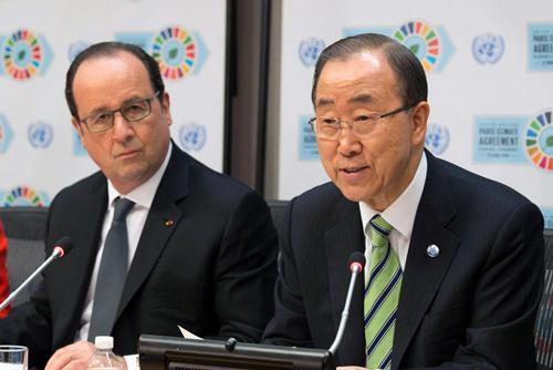 写真 署名式終了後記者会見する国連の潘基文事務総長(右)とフランスのオランド大統領(左)(国連提供)