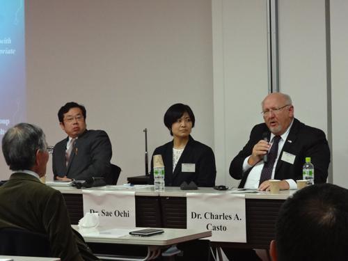 写真 パネル討論中の左から根井寿規氏、越智小枝氏、チャールズ・カスト氏(提供:GRIPS GIST)