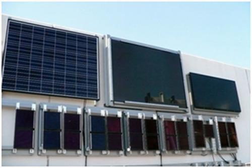 シャープ(株)葛城工場に設置された色素増感太陽電池(下側)。上側は比較用の既存の太陽電池