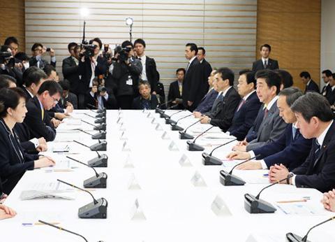 24日午前開かれた新型肺炎対策に関する関係閣僚会議(首相官邸提供)
