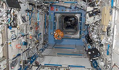 日本実験棟「きぼう」船内実験室(JAXA/NASA提供)