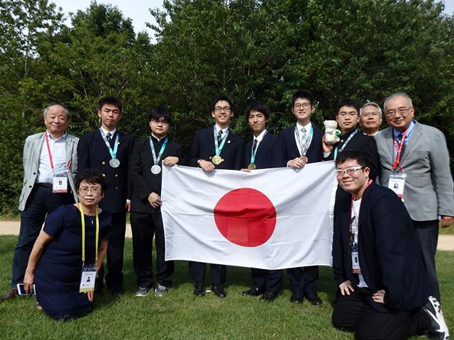 「国際数学オリンピックでメダルを獲得した6人の高校生と関係者」(提供・数学オリンピック財団)
