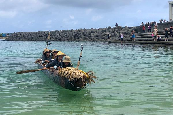 こぎ手5人を乗せ9日午前11時半すぎに与那国島のナーマ浜に到着した丸木舟(提供・国立科学博物館/「3万年前の航海 徹底再現プロジェクト」チーム)
