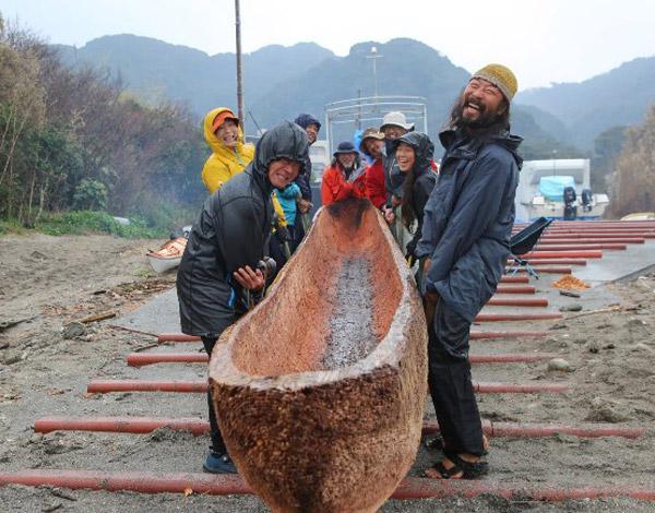 完成した丸木舟。何度も試作、改良している(提供・国立科学博物館/「3万年前の航海 徹底再現プロジェクト」チーム)