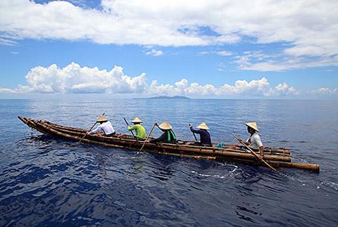 黒潮の流れの中でのこぎ方練習。舟は今回使われた丸木舟ではない(提供・国立科学博物館/「3万年前の航海 徹底再現プロジェクト」チーム)