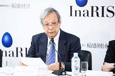 記者会見する中西重忠InaRIS機構長(京都大学名誉教授)(稲盛財団提供)