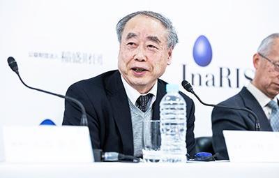 記者会見する小林誠InaRIS運営委員(高エネルギー加速器研究機構特別栄誉教授)(稲盛財団提供)