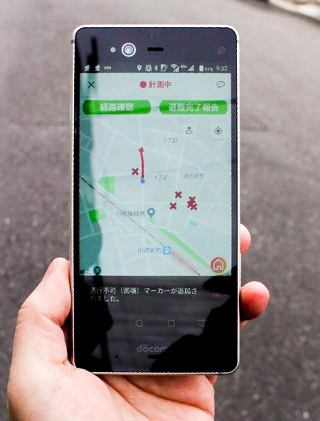 写真2 実験の参加者から送信された「通行不能」の場所が、スマートフォンの地図画面に赤いバツ印で表示される。ここを避けて避難場所に向かう。