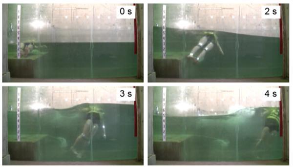 写真3 津波が到達してから2秒ごとの、ライフジャケットを装着した人形の動き。体は水中にあるが、頭部はつねに水面より上に出ていた。(論文より)