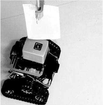 写真 蚊の受容体を用いたにおいセンサーを搭載した移動ロボット。ロボット上部に人間の汗のにおい成分をしみこませた紙を漂わせるとセンサーが反応してロボットは右側に移動したという(神奈川科学技術アカデミーなどの研究グループ撮影・提供)