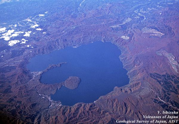 図1.十和田湖。(提供:産業技術総合研究所、撮影:石塚吉浩氏)
