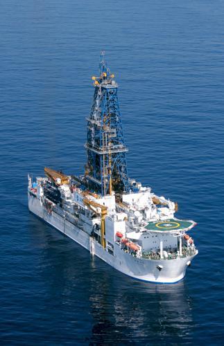 写真2 日本の地球深部探査船「ちきゅう」。2005年7月に完成。海底下7,000メートルという世界最高の掘削能力を誇る(提供 JAMSTEC) 今回は参加していないが日本の地球深部探査船「ちきゅう」は2012年4月から5月にかけてIODP の一環として東北地方太平洋沖地震震源域に近い日本海溝で海底掘削調査を実施、貴重なコアを採取している。