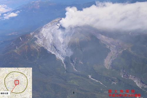 御嶽山の南南西方向から撮影した山頂の航空写真=9月28日