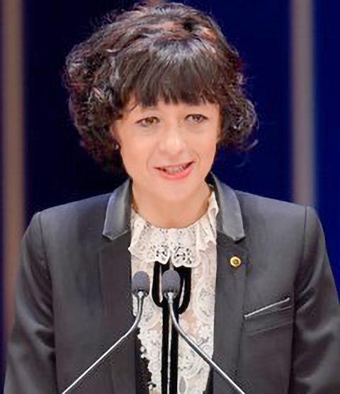 昨年4月の日本国際賞授与式であいさつするシャルパンティエ氏(国際科学技術財団撮影・提供)