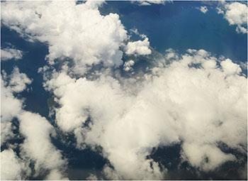 観測時、桜島は雲や噴煙のために 火口付近は肉眼で確認できなかった。