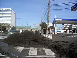 江東区新木場2-3-6のガソリンスタンド前で見られた液状化現象