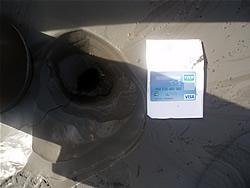 江東区新木場2-3-6のガソリンスタンド前で見られた液状化現象、交差点付近で砂が噴出した口