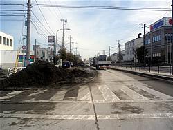 江東区新木場2-3-6のガソリンスタンド前で見られた液状化現象、いくつもの場所で液状化が起きていた