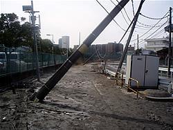 江東区新砂1丁目のJR東日本の貨物引き込み線にかかる「新砂踏切」、架線が道路に垂れ下がり、危険になったため切断したそうだ