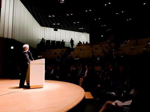 開幕セッションで挨拶するJSTの濵口理事長
