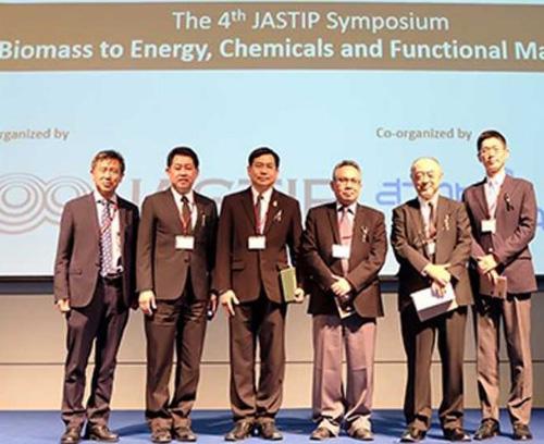 写真 2017年7月にタイのランシットで開かれた第4回JASTIPシンポジウムに参加した京都大学ASEAN拠点の河野泰之氏(左端)ら(提供・京都大学ASEAN拠点)