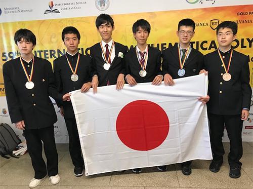 写真 国際数学オリンピックで全員がメダルを獲得した日本代表の高校生6人(数学オリンピック財団提供)