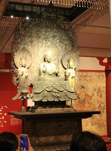写真1 法隆寺・釈迦三尊の復元像。(写真はいずれも報道関係者向けの内覧会で撮影)