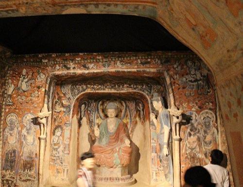写真2 中国・敦煌(とんこう)の石窟。