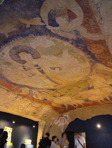 写真3 すでに破壊されたアフガニスタン・バーミヤン東大仏の天井壁画。